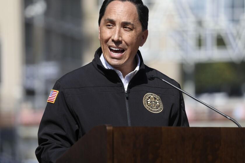 El alcalde de San Diego, Todd Gloria, habla en una conferencia de prensa en Petco Park en febrero
