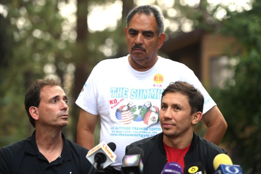Gennady Golovkin (centro) habla con la prensa en Big Bear junto a su promotor Tom Loeffler (izquierda) y a su entrenador Abel Sánchez.