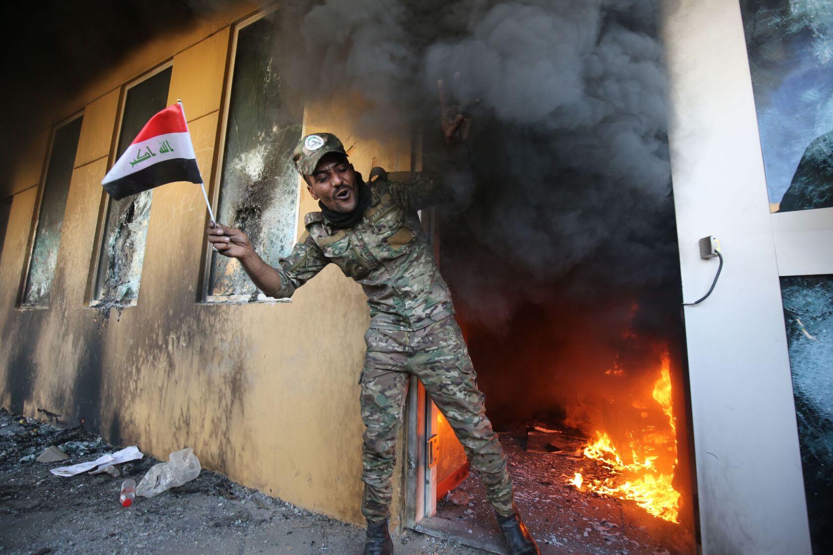 Un membro delle milizie sciite che hanno attaccato l'ambasciata americana a Baghdad. Credits to: AFP/Getty Images.