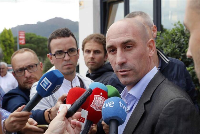 El presidente de la Federación Española de Fútbol, Luis Rubiales, atiende a los periodistas. EFE/Archivo