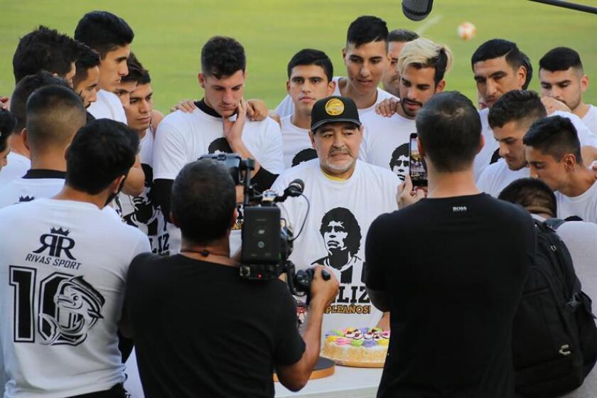 El exfutbolista argentino y director técnico del club de fútbol Dorados de Sinaloa de México, Diego Armando Maradona (c), habla durante la celebración de su cumpleaños al termino de una sesión de entrenamiento el pasado 30 de octubre. EFE
