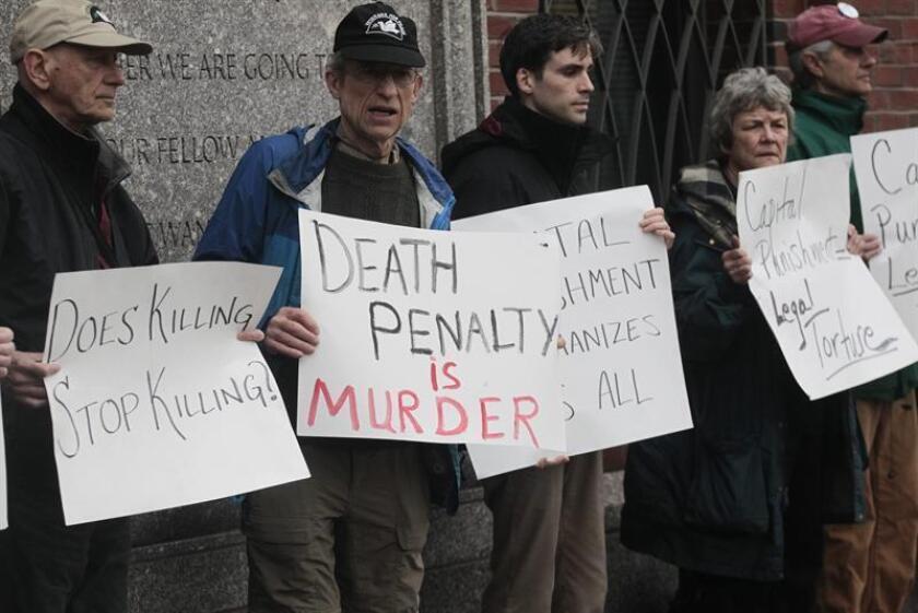 Varias personas protestan contra la pena de muerte frente a una corte federal Joseph Moakley. EFE/Archivo