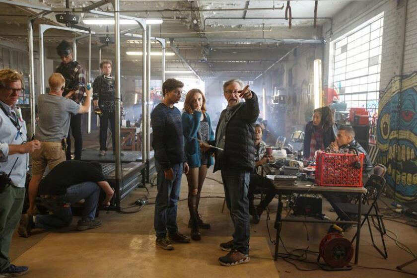 """Fotografía facilitada por la productora Warner Bros, del cineasta Steven Spielberg (d), en el set de rodaje de su nueva película, """"Ready Player One"""", junto a los actores Tye Sheridan (""""Mud"""") y Olivia Cooke (""""Bates Motel""""), que protagonizan esta ambiciosa película de ciencia-ficción que, según explicó a Efe, le ayudó a despertar de nuevo su imaginación. EFE/ Jaap Buitendijk ***SOLO USO EDITORIAL***"""