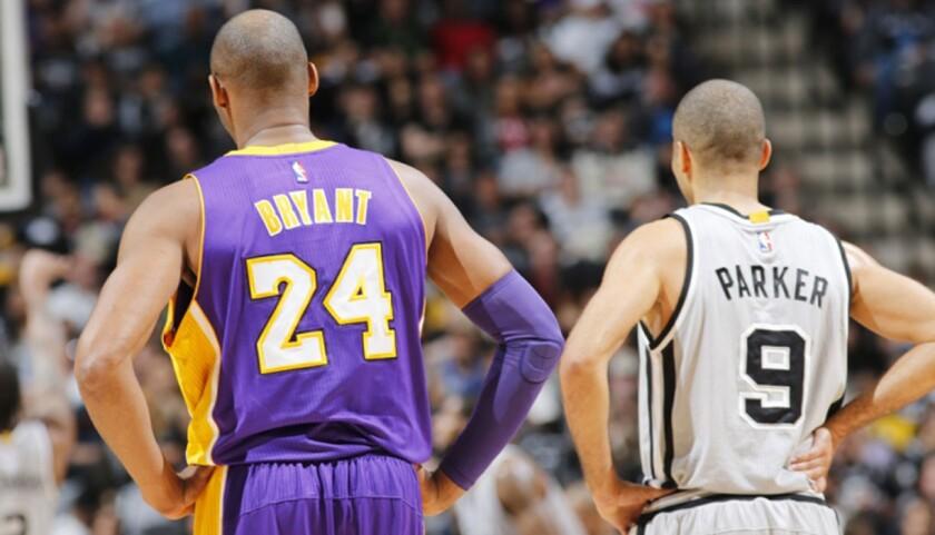 Kobe Bryant (i) en su último juego contra San Antonio.
