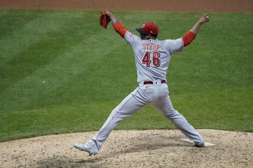 El relevista de los Rojos de Cincinnati Pedro Strop lanza en el octavo inning del juego de la MLB que enfrentó a su equipo con los Cerveceros de Milwaukee, el 7 de agosto de 2020, en Milwaukee. (AP Foto/Morry Gash)