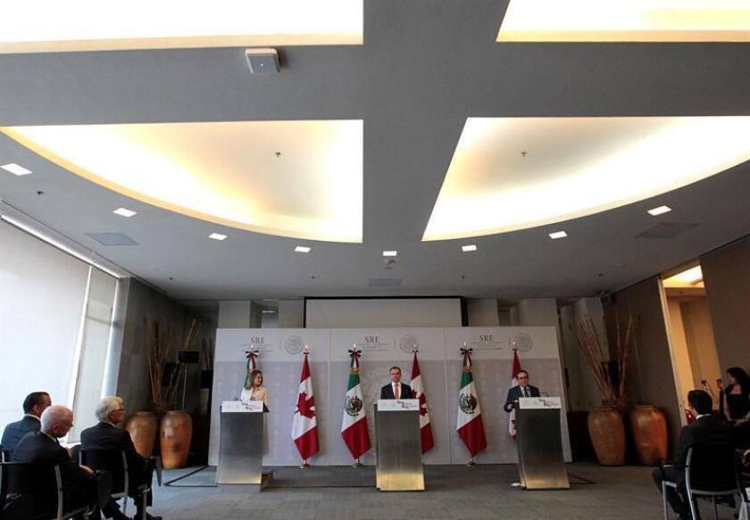 El secretario de Relaciones Exteriores de México, Luis Videgaray (c), la ministra canadiense de Exteriores, Chrystia Freeland (i), y el ministro mexicano de Economía, Ildefonso Guajardo (d), ofrecen una rueda de prensa, el miércoles 25 de julio de 2018, en Ciudad de México (México). EFE/Archivo