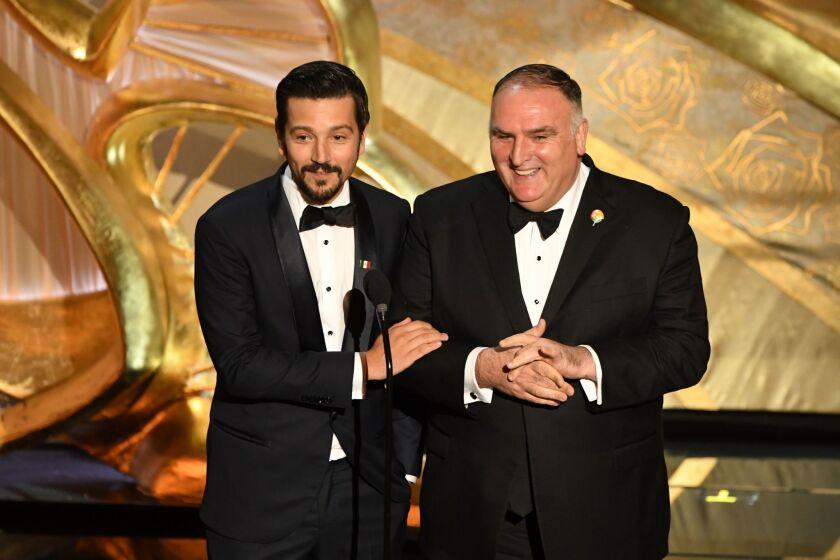 El actor mexicano Diego Luna y el chef español José Andrés hablan en la tarima del Dolby.