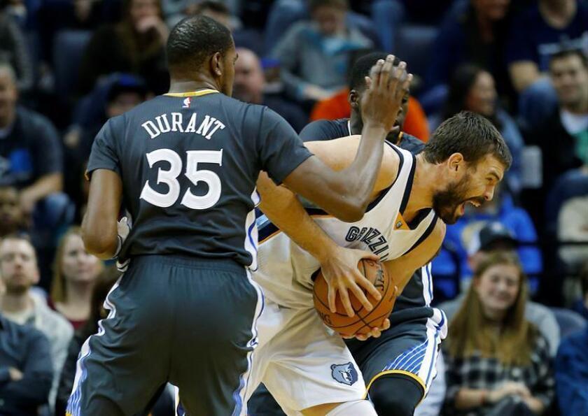 Kevin Durant (i) de Golden State Warriors bloquea al español Marc Gasol (c) de Memphis Grizzlies durante un juego de la NBA en el FedExForum en Memphis (EE.UU.). EFE