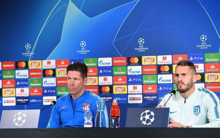 El entrenador del Atlético de Madrid, Diego Simeone (i), y el centrocampista español del equipo Koke participan en una rueda de prensa este lunes en Turín (Italia), en la víspera de su encuentro ante la Juventus correspondiente al partido de vuelta de los octavos de final de la Liga de Campeones de la UEFA. EFE