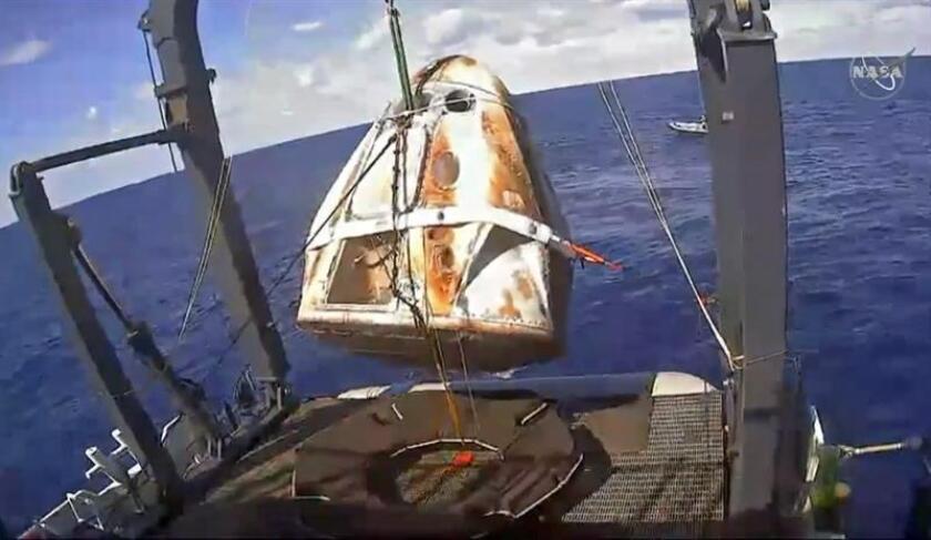 Imagen capturada de una señal de vídeo en directo cedida por NASA TV que muestra a un barco mientras recupera la cápsula no tripulada Crew Dragon de SpaceX en aguas del Océano Atlántico, este viernes. EFE/ Nasa Tv