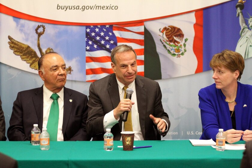 Tijuana Mayor Carlos Bustamante, left, and San Diego Mayor Bob Filner, center, during an April 2013 trade mission to Mexico City, undertaken by business leaders and government officials.