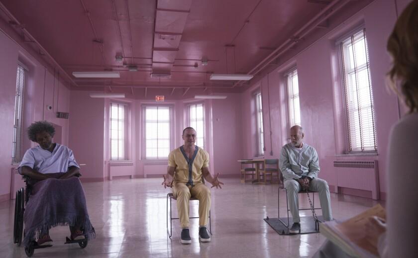 """De izq. a der., Samuel L. Jackson, James McAvoy y Bruce Willis en una escena de la cinta """"Glass"""", que se estrena esta noche en salaa de EE.UU."""