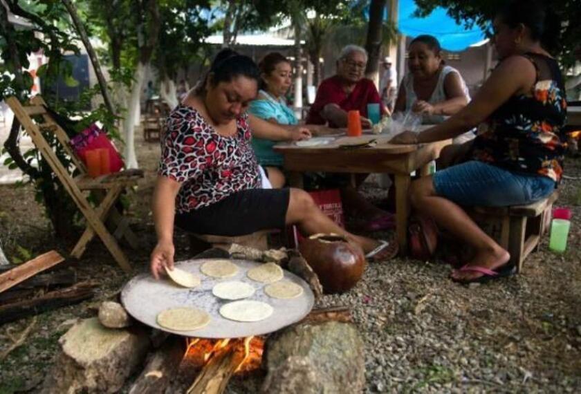 Fotografía fechada el 9 de agosto de 2019, que muestra a pobladores de diferentes gremios participando en las festividades patronales en la comunidad de Dzoncahuich en el estado de Yucatán (México). EFE/ Cuauhtémoc Moreno.