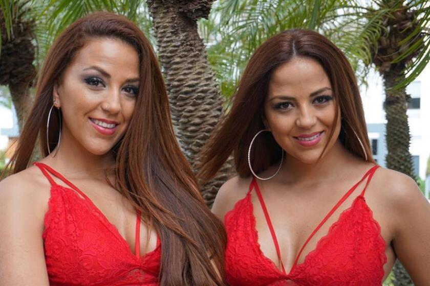 Fotografía fechada el 23 de febrero de 2018 que muestra a Loida (i) y Gara (d), las dos hermanas gemelas que integran las K-Narias, durante una entrevista con Efe en Miami, Florida (EE.UU.). EFE