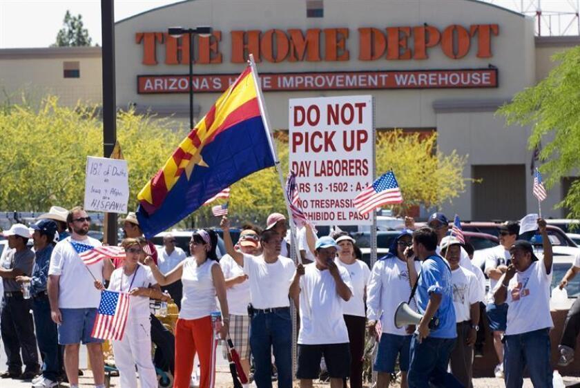 Miles participan en una protesta de migrantes mexicanos fuera de la tienda Home Depot en el centro de Phoenix, Arizona, el 1 de mayo de 2006. EFE/Archivo