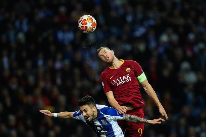 Alex Telles (i) del Porto disputa un balón ante Edin Dzeko (d) de la Roma durante un partido. EFE/Archivo