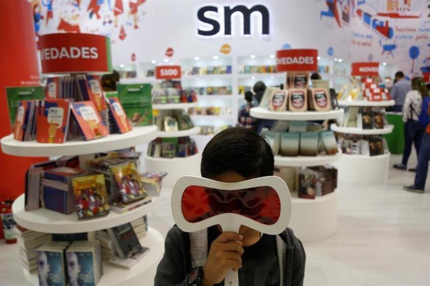 Visitantes recorren los stand de las diferentes editoriales en el marco de la 32 edición de la Feria Internacional del Libro hoy en la ciudad de Guadalajara en el estado de Jalisco (México). EFE