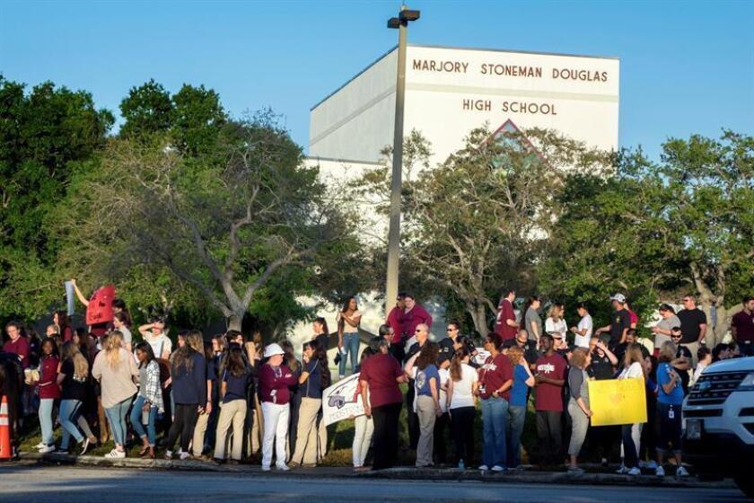 Fotografía de archivo de padres y estudiantes llegando a la escuela Marjory Stoneman Douglas en Parkland, estado de Florida (Estados Unidos). EFE/Archivo
