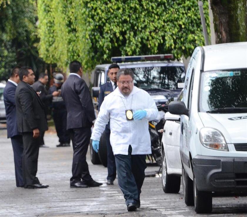 Peritos forenses trabajan en el sitio donde un policía murió ayer, domingo 21 de octubre de 2018, durante un tiroteo contra la residencia del cardenal emérito mexicano Norberto Rivera, en Ciudad de México (México). EFE/STR/MÁXIMA CALIDAD DISPONIBLE