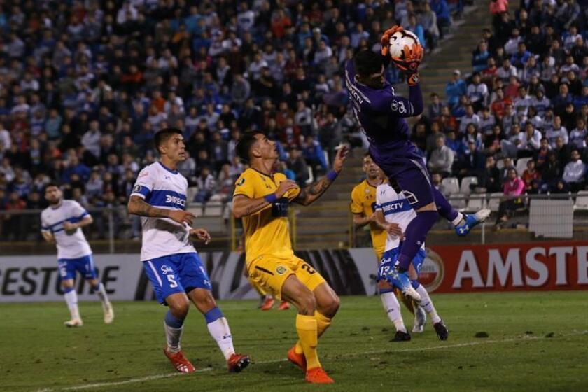 El arquero Matías Dituro (d) de Universidad Católica ataja un balón este miércoles en un partido del grupo H de la Copa Libertadores en el estadio San Carlos de Apoquindo en Santiago (Chile). EFE