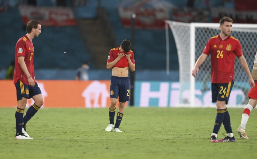 El volante español Pedri (centro) reacciona tras el empate 1-1 contra Polonia por la Euro 2020, el sábado 19 de junio de 2021, en Sevilla. (David Ramos/Pool vía AP)