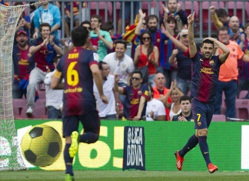 El centrocampista del FC Barcelona Cesc Fábregas celebra junto a su compañero Martín Montoya (d) el gol marcado al Málaga, segundo para el conjunto azulgrana, durante el partido de la última jornada de Liga de Primera División, disputado en el Camp Nou. EFE