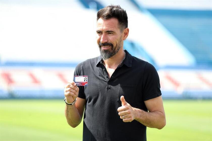 El argentino Eduardo Domínguez fue registrado este jueves al posar con el carné de socio del club de fútbol uruguayo Nacional, durante su presentación como nuevo entrenador del equipo, en Montevideo (Uruguay). EFE