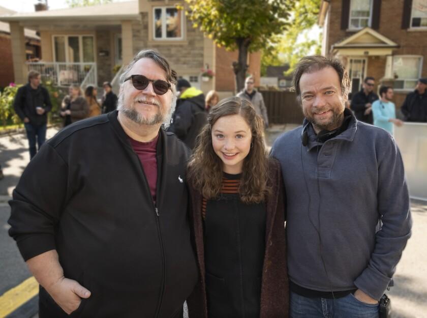 André Øvredal (der.) al lado de Guillermo del Toro y de la actriz Zoe Colletti.