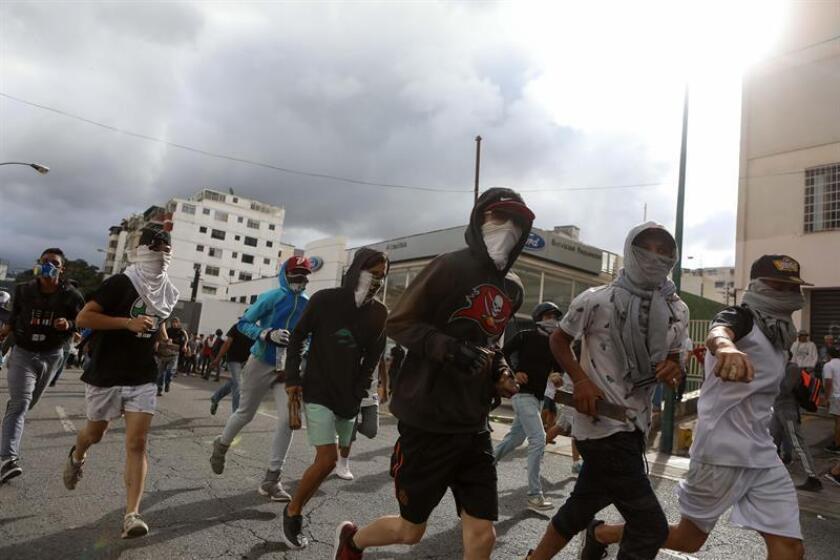 Manifestantes participan en una protesta contra el Gobierno del presidente de Venezuela, Nicolás Maduro, en Caracas (Venezuela). EFE