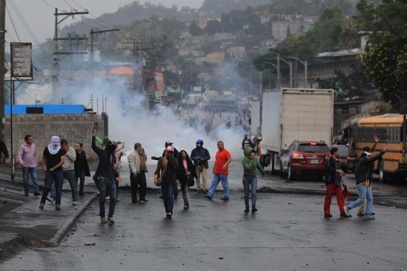 Simpatizantes del candidato de la Alianza de Oposición contra la Dictadura, Salvador Nasralla, se enfrentan a policías y militares en la colonia Villa Nueva de Tegucigalpa (Honduras). EFE