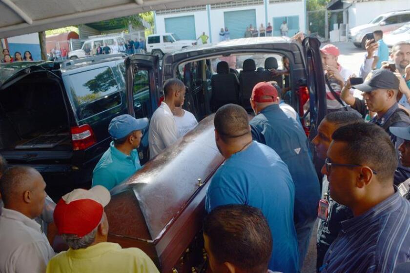Fotografía cedida por el diario local venezolano El Informador donde se observa a un grupo de personas cargar los ataúdes de José Castillo y Luis Valbuena en un auto, hoy en Barquisimeto (Venezuela). EFE/Cortesía El Informador