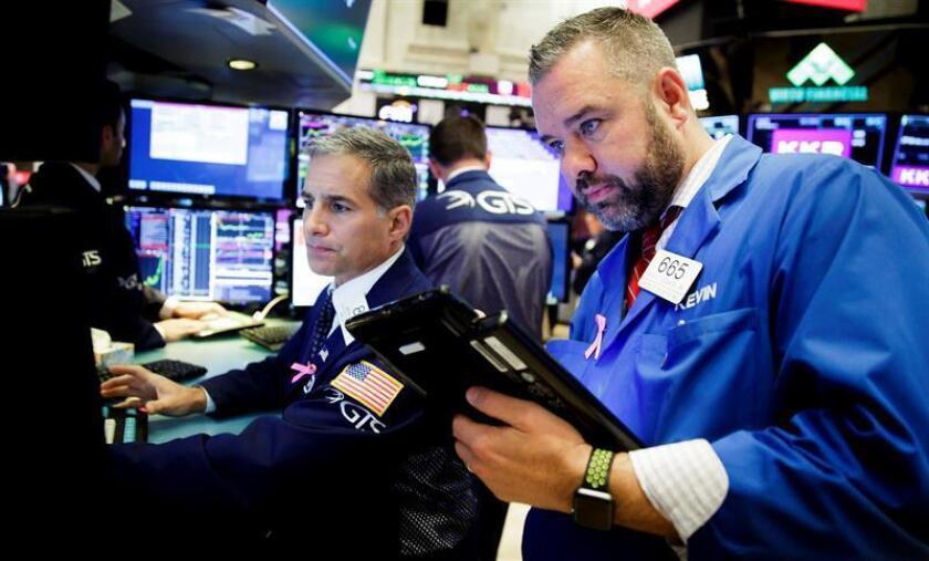 Mercantes trabajan en la Bolsa de Nueva York. EFE/Archivo