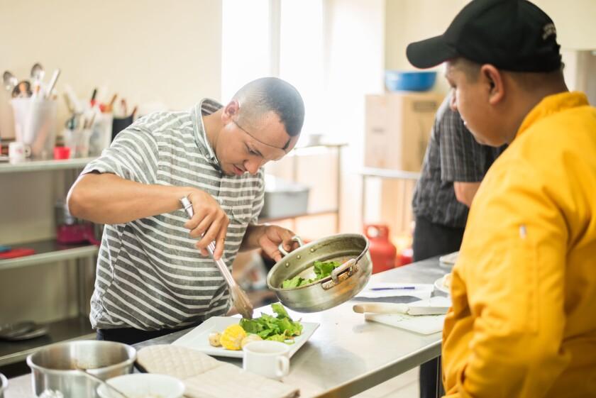 El programa Nuevas Oportunidades está dirigido a inmigrantes con experiencia en la construcción, restaurantes y recepción de hoteles. Se les exige que por lo menos hayan trabajado dos años en cualquiera de esos rubros en Estados Unidos.