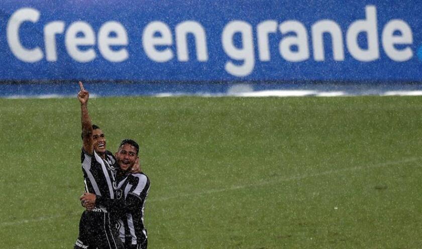 Erik (i), de Botafogo celebra con su compañero de equipo Helerson (d) tras anotar un gol este miércoles en un partido de la Copa Sudamericana entre Botafogo y Defensa y Justicia, en el estadio Olímpico Nilton Santos en Río de Janeiro (Brasil). EFE
