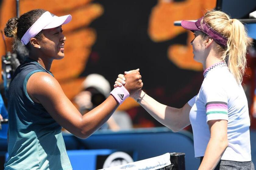 La japonesa Naomi Osaka (i) saluda a la ucraniana Elina Svitolina (d) al final de su partido de cuartos de final del Abierto Australia, este miércoles, en Melbourne (Australia). EFE