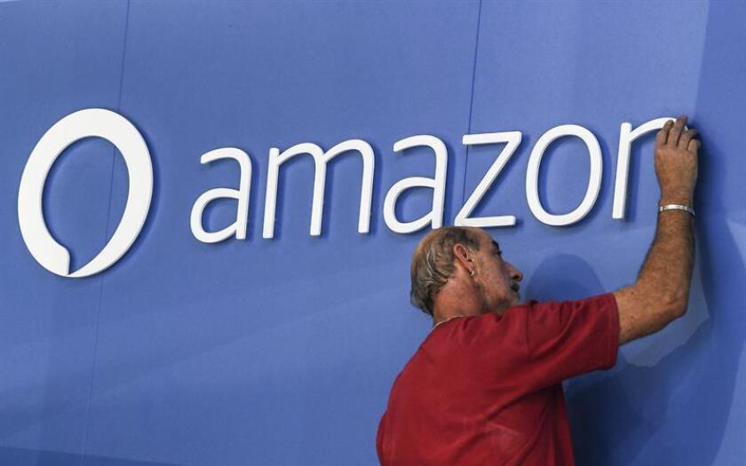 An workers adjust an Amazon Alexa logo at the Internationale Funkaustellung Berlin (IFA). EFE/FILE