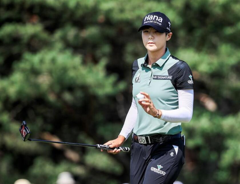 En la imagen un registro de la golfista surcoreana Sung Hyun Park, quien lidera el Indy Women In Tech (IWIT) Championship de golf, puesto de vanguardia que comparte con la estadounidense Lizette Salas. EFE/Archivo