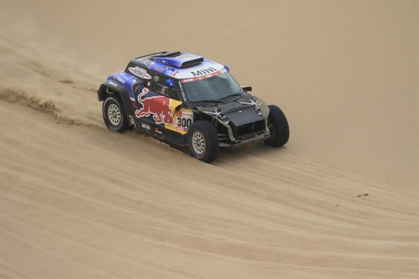 El español Carlos Sainz compite en su Mini hoy, durante la octava etapa del Rally Dakar 2019, entre San Juan de Marcona y Pisco (Perú). EFE