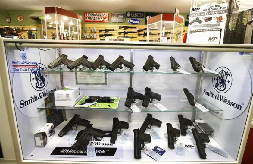 Vista de pistolas y revolver exhibidos en un tienda de Estados Unidos. EFE/Archivo