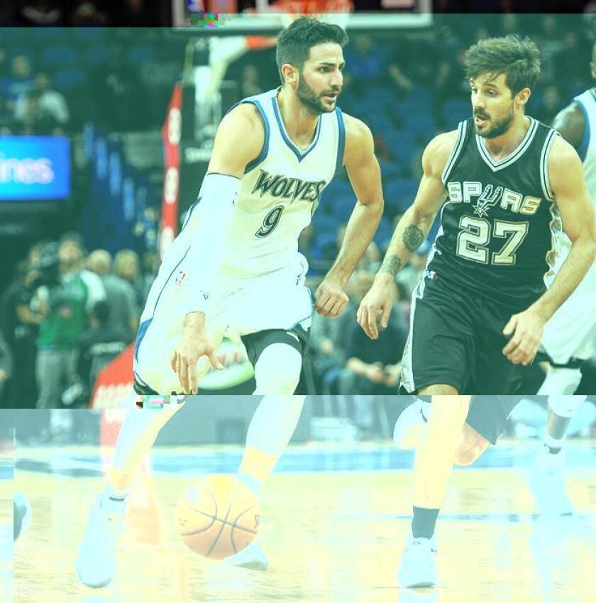 Ricky Rubio (i) de los Timberwolves disputa el balón con Nico Laprovittola (d) de los Spurs durante el partido. EFE