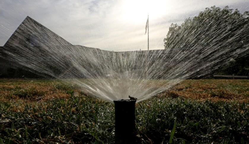 Los ahorros previstos representan aproximadamente 1,5 millones de acres/pie de agua en los próximos nueve meses, una cantidad equivalente al actual nivel de la reserva Lago Oroville en el oeste de la Sierra Nevada.