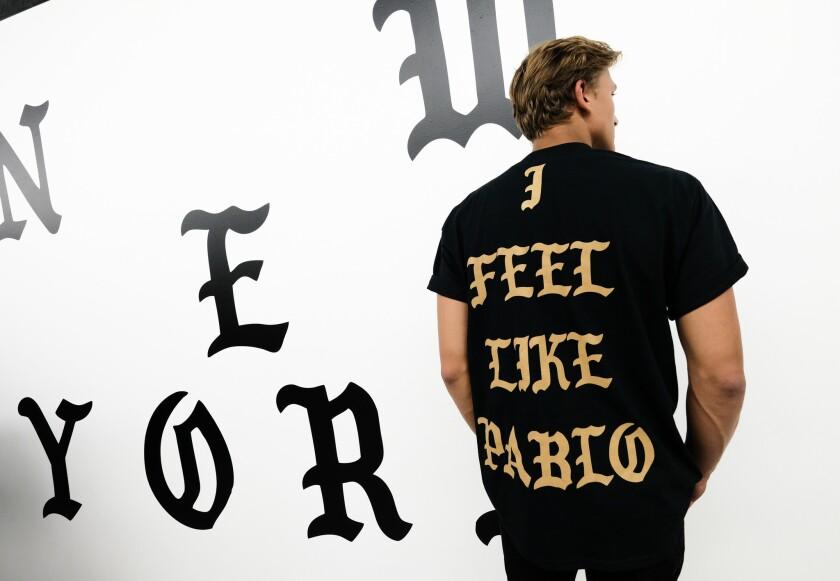 """Un hombre posa con ropa de la tienda temporaria """"Pablo"""" de Kanye West en Manhattan, 19 de agosto de 2016. El rapero convertido en empresario de la moda anunció planes de abrir 21 tiendas en el mundo, solo por el fin de semana, para vender ropa inspirada en su nuevo álbum """"The Life of Pablo."""" (Foto by Evan Agostini/Invision/AP)"""