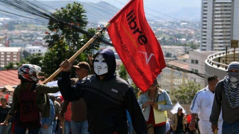 Tres semanas después de las elecciones presidenciales del 26 de noviembre, las protestas siguen en las calles por parte de quienes consideran que hubo fraude para beneficiar al candidato oficialista, el presidente Juan Orlando Hernández.