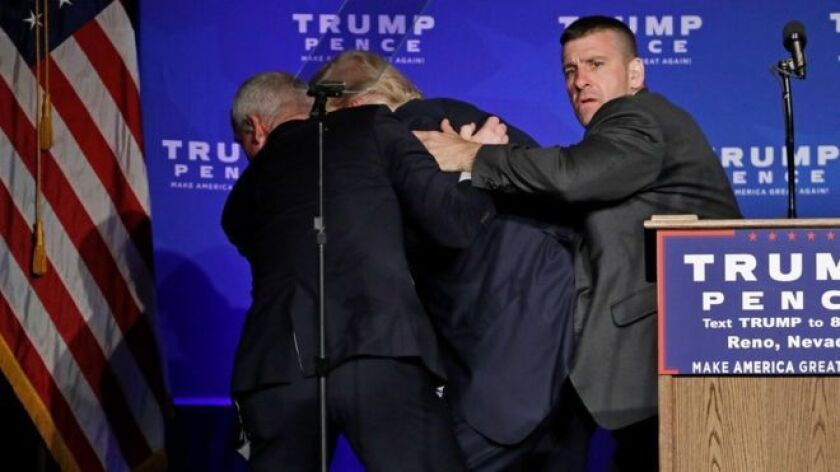 El candidato presidencial fue removido del escenario por el Servicio Secreto.