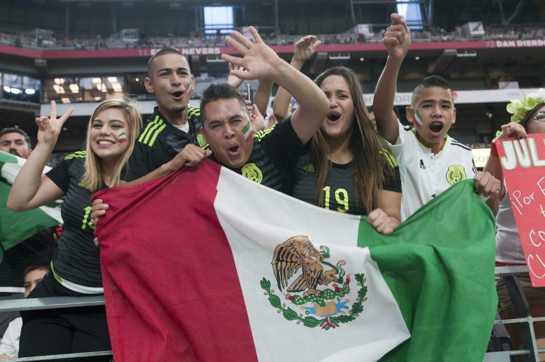 Hinchas de México antes de las acciones ante Guatemala hoy, domingo 12 de julio de 2015, durante un partido de la Copa de Oro en el estadio de la Universidad de Phoenix, Arizona (EE.UU.).