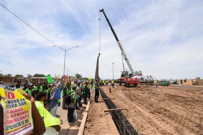 El Gobierno anunció hoy la concesión de un contrato a la constructora Barnard para reemplazar unos 50 kilómetros del muro fronterizo con México, que se extiende entre las localidades de Yuma y Tucson, en Arizona. EFE/ARCHIVO