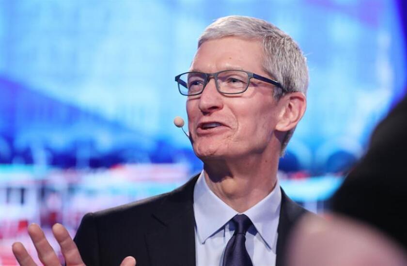 Trump se reúne con jefe de Apple en medio de tensiones comerciales con China
