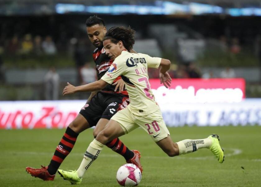 El jugador Diego Lainez (d), disputa el balón durante un partido. EFE/Archivo