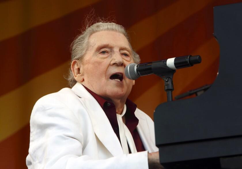En esta foto del 2 de mayo del 2015, Jerry Lee Lewis se presenta en el Festival de Jazz de Nueva Orleáns. El pionero del rock 'n' roll fue trasladado de un hospital a un centro de rehabilitación tras haber sufrido un derrame cerebral el mes pasado, pero tendrá que cancelar próximas actuaciones, incluida una en el Festival de Jazz de Nueva Orleáns. (Foto por John Davisson/Invision/AP, Archivo)