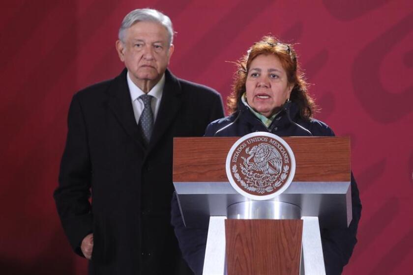 El presidente de México, Andrés Manuel López Obrador (i) y la viuda del periodista Javier Valdez (d), Griselda Triana, durante una rueda de prensa en Ciudad de México hoy, viernes. EFE